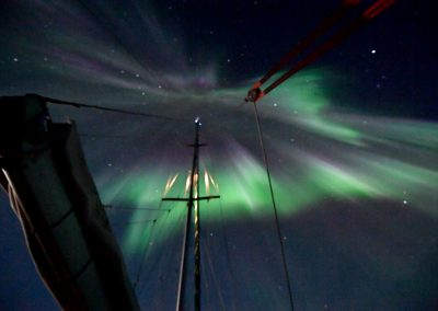 dramatic-aurora-borealis-with-mast-23-09